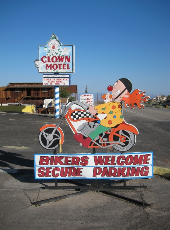 clown motel sign
